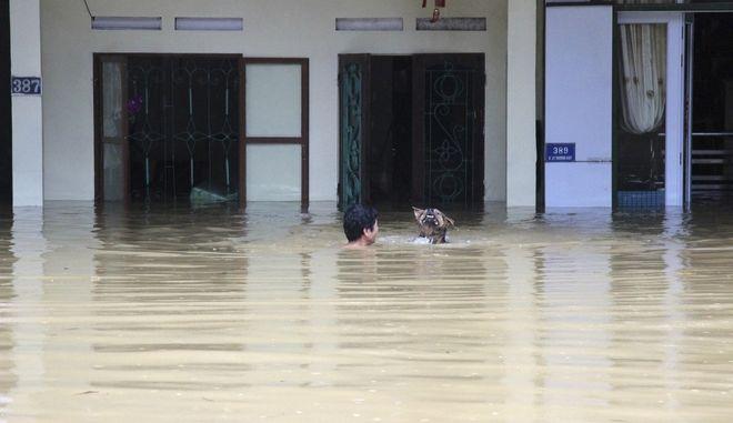 Φονικές πλημμύρες και κατολισθήσεις στο Βιετνάμ