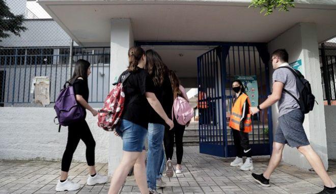 Άνοιγμα των σχολείων για τους μαθητές της 1ης Λυκείου. Οι μαθητές του 1ου ΓΕΛ περνούν από την διαδικασία της θερμομέτρησης λίγο πριν μπουν στις αίθουσες. Δευτέρα 11 Μάη 2020. (EUROKINISSI)