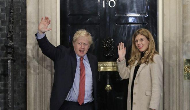 O Μπόρις Τζόνσον στην Downing Street μετά την ανακοίνωση των αποτελεσμάτων των βρετανικών εκλογών.