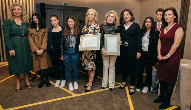 Οι κυρίες Kennedy και Βαρδινογιάννη με τους μαθητές του ΓΕΛ Ερμιόνης