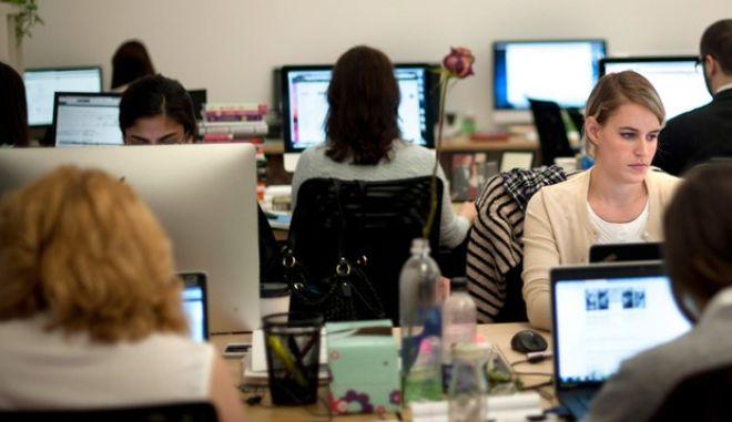 Ευχάριστα νέα: Μια ώρα λιγότερο θα δουλεύουν στο Δημόσιο. Ποιους αφορά το μέτρο