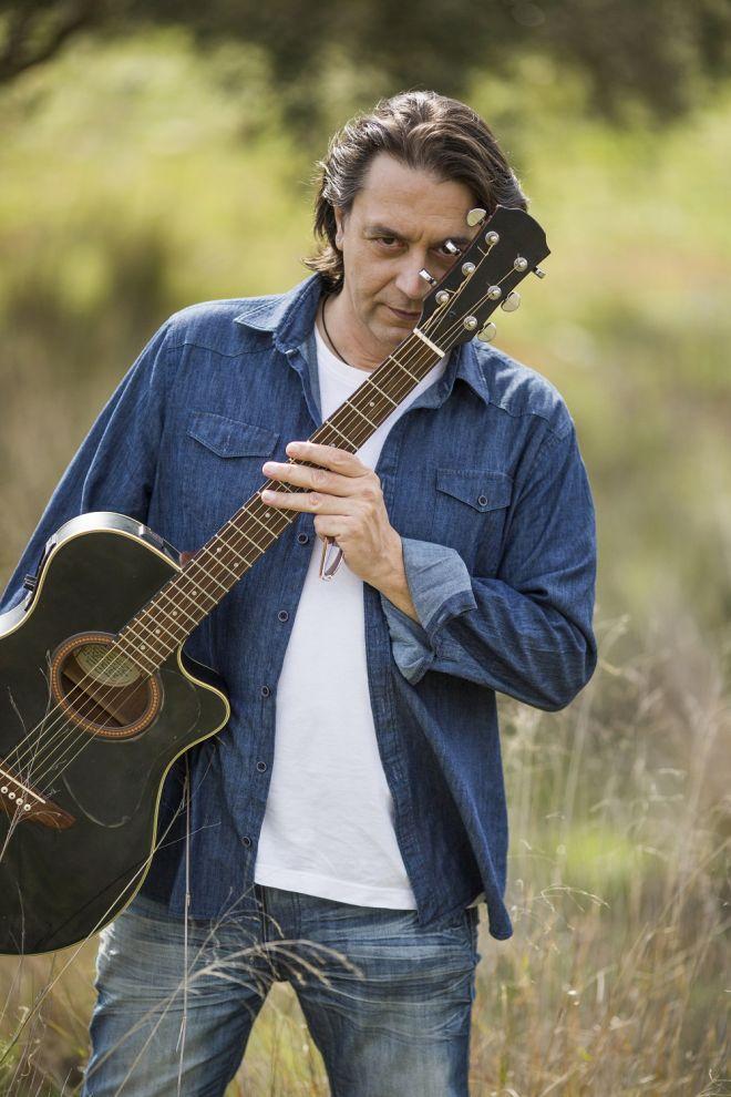 Ο Γιάννης Κότσιρας με την κιθάρα του, την Παρασκευή στο City Garden