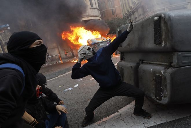 Εικόνα από τα επεισόδια κατά την κινητοποίηση στη Βαρκελώνη κατά της καταδίκης των αυτονομιστών ηγετών