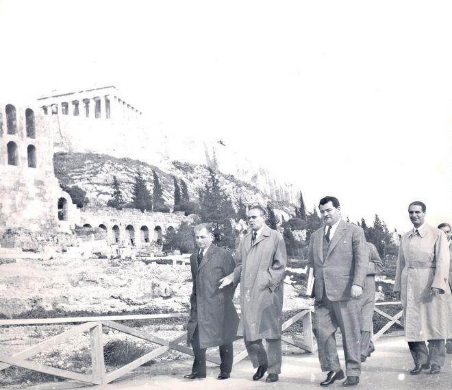 Ο Κωνσταντίνος Καραμανλής επιθεωρεί τον Ιανουάριο του 1959 ως πρωθυπουργός πλέον τα έργα της Ακρόπολης, που ως υπουργός Δημοσίων Έργων είχε ξεκινήσει