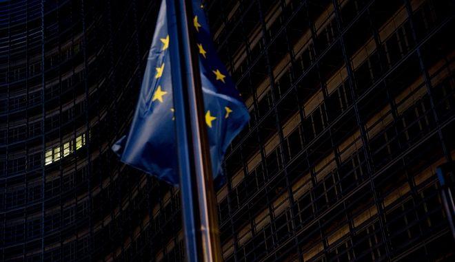 Σημαία της ευρωπαϊκής ένωσης στα κεντρικά της Ευρωπαϊκής επιτροπής στις Βρυξέλλες. Οι διαπραγματευτές του Brexit συναντήθηκαν αιφνιδίως την Κυριακή, χωρίς όμως η πρόταση των 27 πρεσβευτών να μπορέσει να μετουσιωθεί σε συμφωνία για το διαζύγιο Ευρώπης - Ηνωμένου Βασιλείου.