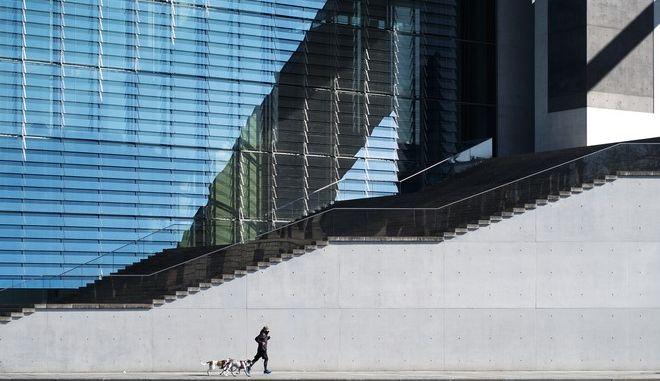 Τρέξιμο μπροστά από κοινοβουλευτικό κτίριο στο Βερολίνο εν μέσω πανδημίας κορονοϊού