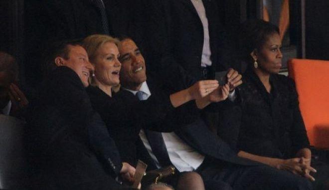 "To φλερτ του Ομπάμα, η ""Selfie"" φωτογραφία και το δηλητηριώδες βλέμμα της Μισέλ"