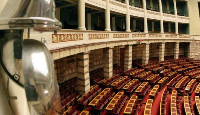 Στιγμιότυπο από την 3η ημέρα συζήτησης στην ολομέλεια της βουλής,για την παροχή ψήφου εμπιστοσύνης στην κυβέρνηση Παπανδρέου,Παρασκευή 4 Δεκεμβρίου 2011 (EUROKINISSI/ΤΑΤΙΑΝΑ ΜΠΟΛΑΡΗ)