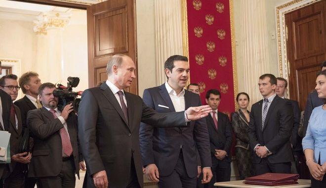 Στιγμιότυπο από την συνέντευξη τύπου του π[ρωθυπουρού ΑΛέξη Τσίπρα και του Ρώσου προέδρου Βλαντιμιρ Πούτιν μετα την συνάντηση τους στην Μόσχα την Μεγ. Τετάρτη 8 Απριλίου 2015. (ΓΡ. ΤΥΠΟΥ ΠΡΩΘΥΠΟΥΡΓΟΥ/NADREA BONETTI/EUROKINISSI)
