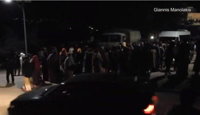 Πανηγυρισμοί στην ΒΙΑΛ για την αναχώρηση 140 προσφύγων για τον Πειραιά