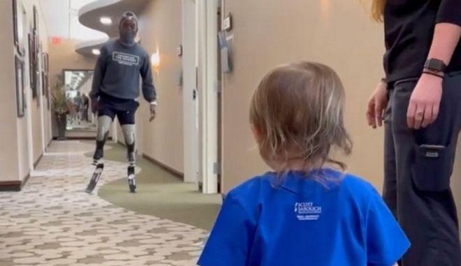 Συγκινητικό βίντεο: Παραολυμπιονίκης εμψυχώνει 2χρονο αγοράκι με προσθετικό πόδι