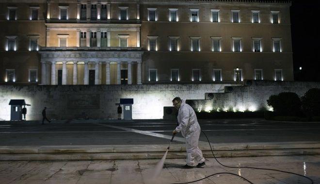 Απολύμανση έξω από τη Βουλή των Ελλήνων