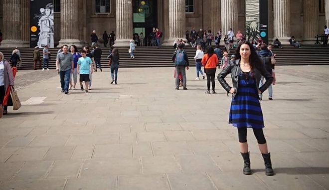 """Τραγουδίστρια Hellena: """"Δεν το χωράει ο νους μου ότι ο Παρθενώνας είναι κομμένος στα δύο"""""""