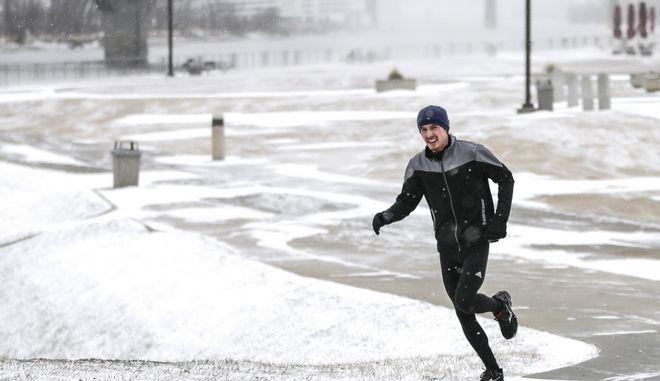 Στιγμιότυπο από την Ομάχα στη Νεμπράσκα την ώρα που η χιονοθύελλα Έμπονι προελαύνει