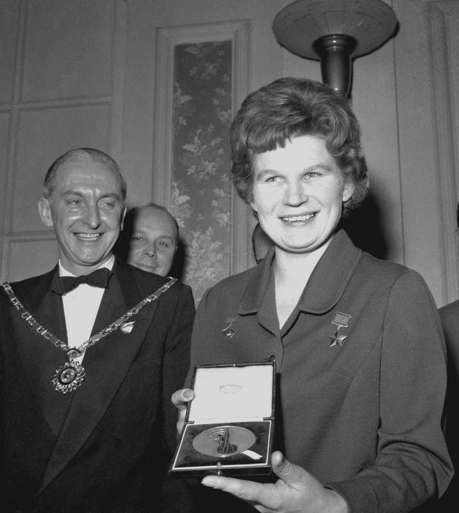 Η Βαλεντίνα Τερεσκόβα βραβεύεται στο Λονδίνο το 1964