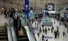 Κόσμος με μάσκες σε σταθμό τρενου στη Βρετανία