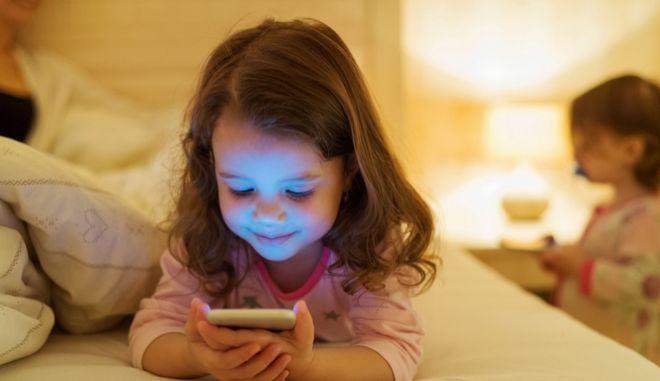 Παιδί με κινητό
