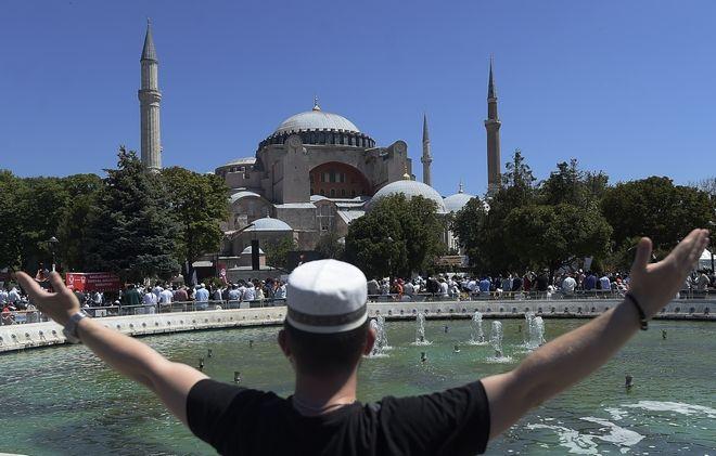 Ένας νεαρός περιμένει την έναρξη της προσευχής στην ιστορική συνοικία Σουλταναχμέτ της Κωνσταντινούπολης, έξω από την Αγία Σοφία