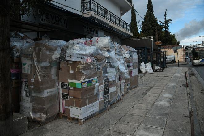 Δέματα που περιμένουν να αποσταλούν έξω από κατάστημα εταιρείας κούριερ, την Τετάρτη 9 Δεκεμβρίου 2020. (EUROKINISSI/ΜΙΧΑΛΗΣ ΚΑΡΑΓΙΑΝΝΗΣ)