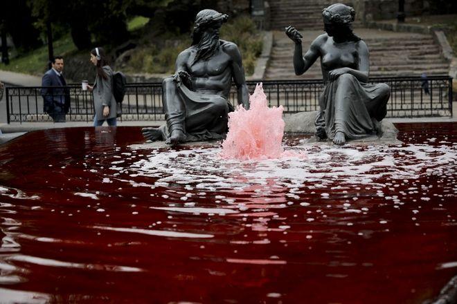 Αίμα με κόκκινη μπογιά συμβολικό για τους νεκρούς διαδηλωτές στο Σαντιάγο, Χιλής