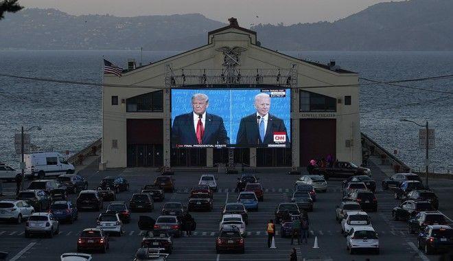 Αμερικανοί παρακολουθούν το debate σε drive in