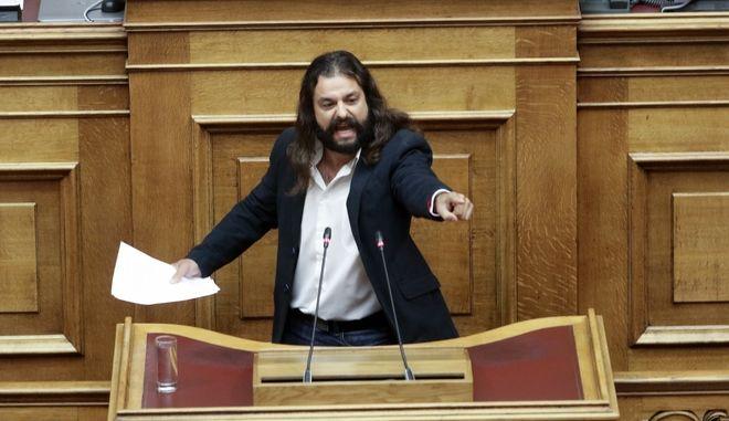 Ο Κώστας Μπαρμπαρούσης, στο βήμα της Βουλής