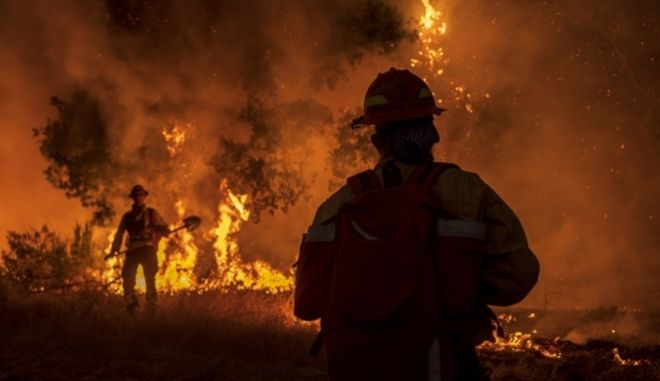 Μαίνονται οι καταστροφικές πυρκαγιές στην Καλιφόρνια