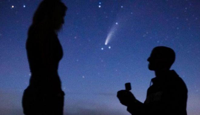 Πρόταση γάμου μπροστά απο κομήτη που περνάει κάθε 6.800 χρόνια