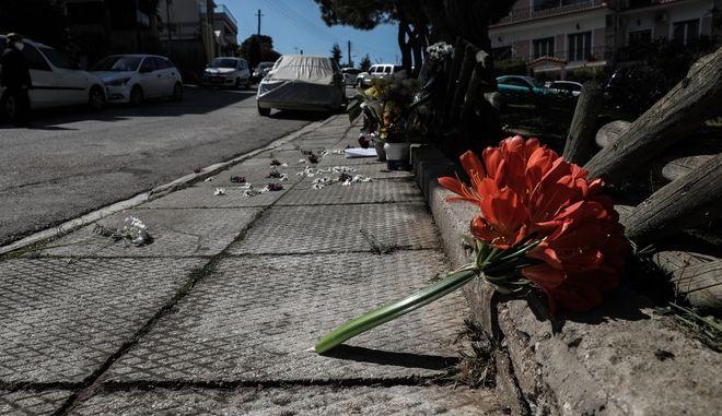Λουλούδια στο σημείο, όπου δολοφονήθηκε ο δημοσιογράφος Γιώργος Καραϊβάζ