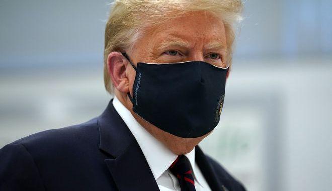 Ο Τραμπ με μάσκα