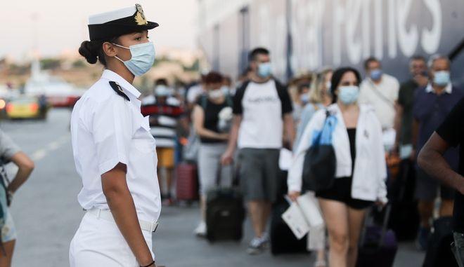Μάσκα και στο λιμάνι του Πειραιά