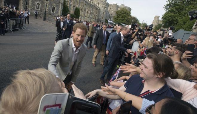 Ο πρίγκιπας της Βρετανίας Χάρι έξω από το κάστρο του Γουίνσδορ