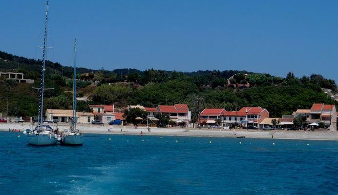 Οθωνοί, το δυτικότερο άκρο της Ελλάδας ένας μικρός παράδεισος με διάσπαρτους οικισμούς, λίγα ενοικιαζόμενα, δυο-τρεις ταβέρνες γύρω από το λιμάνι, ερείπια βενετσιάνικων κάστρων και αίσθηση απόλυτης γαλήνης. Οι Οθωνοί είναι το μεγαλύτερο από τα Διαπόντια Νησιά. Η έκτασή τους είναι 10,8 τετρ. χιλιόμετρα, έχουν πλάτος περίπου 3,6 χιλιόμετρα, μήκος γύρω στα 5,6 και περίμετρο ακτών 30 χιλιόμετρα. Ενας τόπος ιδανικός για ήσυχες διακοπές, βόλτες, ψάρεμα και θαλάσσια σπορ.  Oι περισσότεροι των κατοίκων είναι ξενιτεμένοι σε Aμερική και Aυστραλία, αλλά κάθε χρόνο σχεδόν επιστρέφουν στις προγονικές τους εστίες. Πολλοί χτίζουν σπίτια ή ανασκευάζουν τα πατρογονικά τους, κι ούτε ένα οίκημα δεν είναι ακαλαίσθητο. Τα τοπωνυμία του νησιού και οι παραδόσεις, το ταυτίζουν με το βασίλειο του Αλκίνοου και το μέρος όπου η Ναυσικά συνάντησε τον Οδυσσέα για να τον βοηθήσει στην επιστροφή του στην Ιθάκη. (EUROKINISSI/ΓΙΩΡΓΟΣ ΚΟΝΤΑΡΙΝΗΣ)