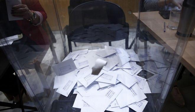 Ψηφοφορία για τον β' γύρο των εκλογών για το νέο φορέα της Κεντροαριστεράς σε εκλογικό τμήμα στο δήμο Ιλιου την Κυριακή 19 Νοεμβρίου 2017. (EUROKINISSI/ΣΤΕΛΙΟΣ ΜΙΣΙΝΑΣ)