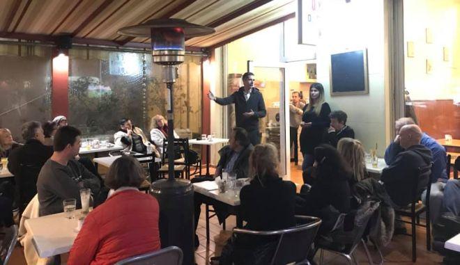 Συζήτηση Μπακογιάννη με κατοίκους στην περιοχή του Γκύζη