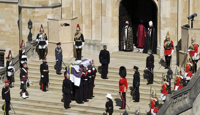 Το φέρετρο του πρίγκιπα Φιλίπου φτάνει στο παρεκκλήσι του Αγίου Γεωργίου