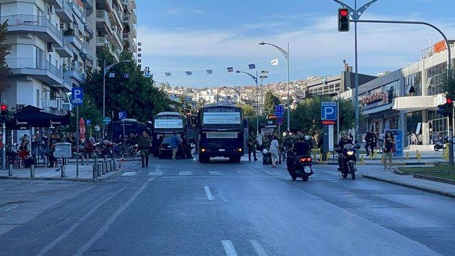 Κλούβες των ΜΑΤ κλείνουν την οδό Αγγελάκη