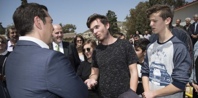 Ο πρωθυπουργός συνομιλεί με κατοίκους στο Καστελόριζο
