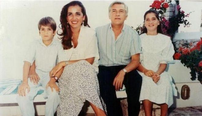 """Ντόρα για Παύλο Μπακογιάννη: """"Τα παιδιά και τα εγγόνια σου μεγάλωσαν να αγαπούν και όχι να μισούν"""""""