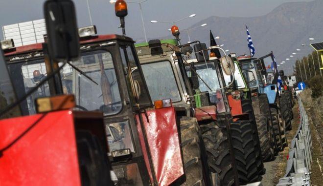 Oι αγρότες του δήμου Κιλελλέρ έκλεισαν το ρεύμα προς Θεσσαλονίκη της εθνικής οδού στο ύψος του κόμβου Πλατυκάμπου.(EUROKINISSI/ΜΙΧΑΛΗΣ ΜΠΑΤΖΙΟΛΑΣ)