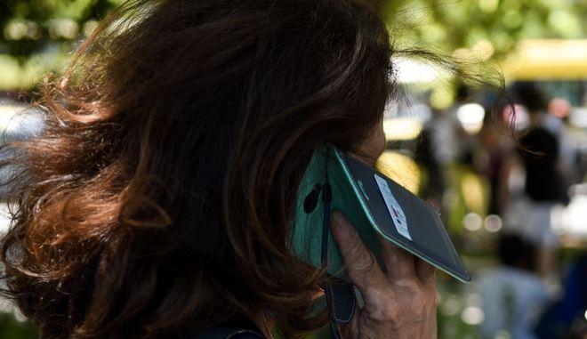 Γυναίκα μιλάει στο τηλέφωνο (φωτογραφία αρχείου)