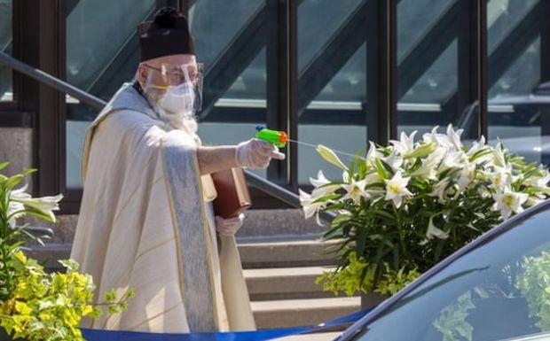 ΗΠΑ: Ιερέας ψεκάζει τον αγιασμό με νεροπίστολο και γίνεται viral ...