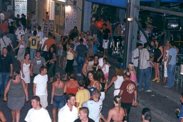 ÅËËÁÄÁ - 10 ÂÑÅÔÁÍÏÉ ÔÏÕÑÉÓÔÅÓ ÓÕËËÇÖÈÇÊÁÍ ÓÔÏ ÖÁËÇÑÁÊÉ ÔÇÓ ÑÏÄÏÕ ** FILE ** Tourists walk at the Faliraki resort on the Greek island of Rhodes, southeastern Greece, in this  Saturday, Aug. 16, 2003 file photo. Ten British tourists have been arrested at the Faliraki resort in connection with the fatal stabbing of a 17-year-old Briton on Tuesday, Aug 12, 2003. (AP Photo/Nikitas Pahos, File)