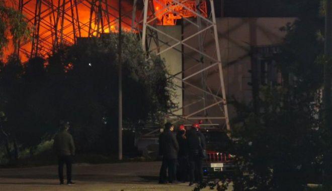 O υπουργός Περιβάλλοντος και Ενέργειας, Κώστας Σκρέκας, ενημερώνεται για την εξέλιξη της πυρκαγιάς