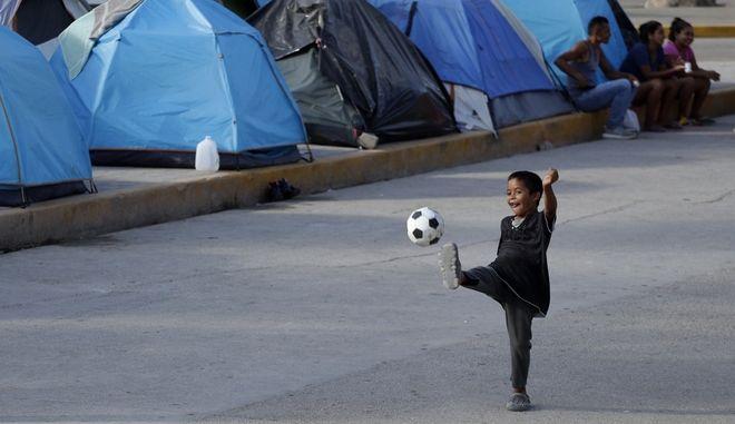 Παιδάκι σε κέντρο κράτησης προσφύγων και μεταναστών (ΦΩΤΟ Αρχείου)