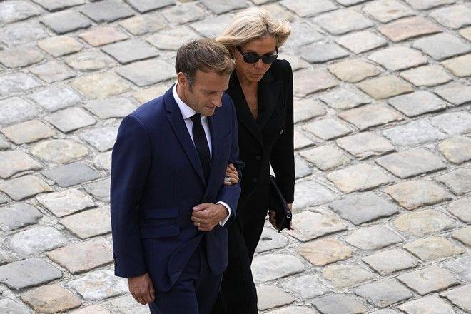 Το ζεύγος Μακρόν στην τελετή για τον Ζαν Πολ Μπελμοντό