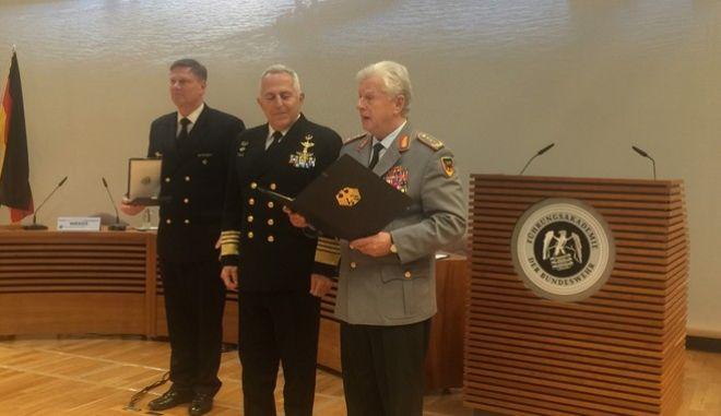 Οι Γερμανοί τίμησαν τον Αρχηγό των Ενόπλων Δυνάμεων ναύαρχο Ε. Αποστολάκη