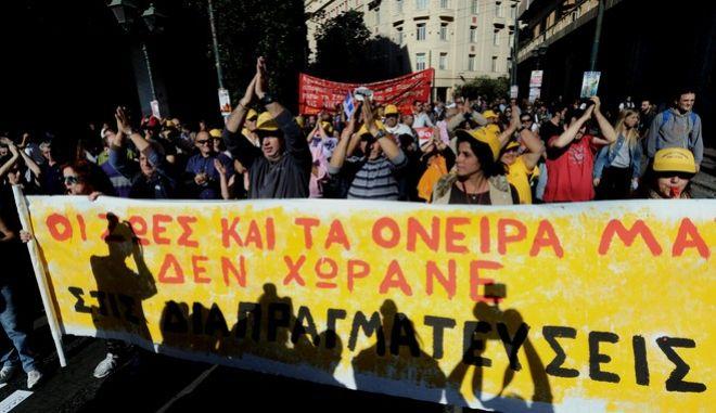 Απεργιακή συγκέντρωση των ΓΣΕΕ - ΑΔΕΔΥ, στην πλατεία Κλαυθμώνος, κατά των μέτρων λιτότητας που περιλαμβάνονται στο τρίτο μνημόνιο, Αθήνα, Πέμπτη 12 Νοεμβρίου 2015. (EUROKINISSI/ΤΑΤΙΑΝΑ ΜΠΟΛΑΡΗ)