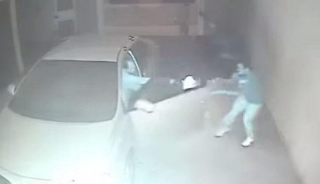 Βίντεο: Προσπάθησαν να ληστέψουν αυτοκίνητο. Ο οδηγός όμως είχε όπλο