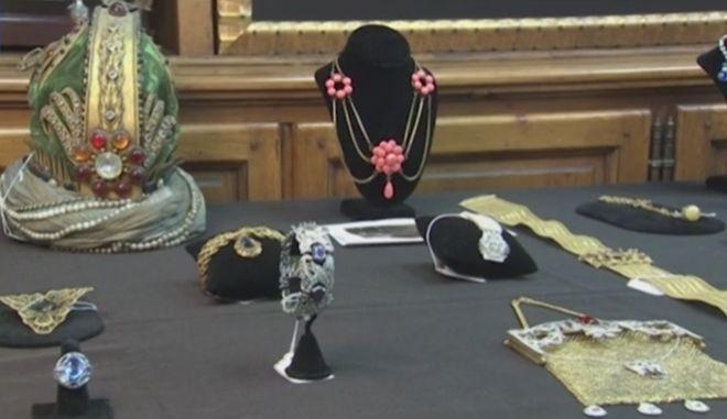Στο σφυρί τα faux bijoux που φόρεσαν οι σταρ της χρυσής εποχής του Χόλιγουντ